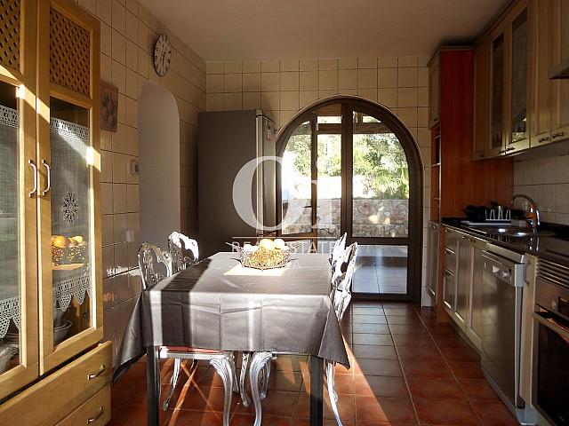 Blick in die Küche der Villa zum Verkauf in Las Salinas, Ibiza