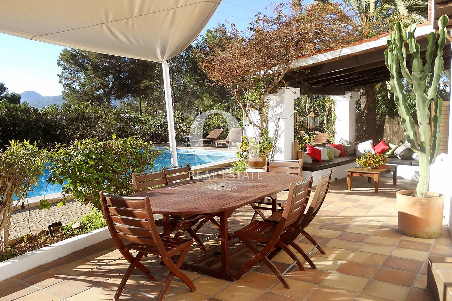 Blick auf den Poolbereich der Villa zum Verkauf in Las Salinas, Ibiza