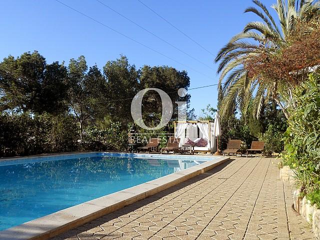 Blick auf den Pool der Villa zum Verkauf in Las Salinas, Ibiza