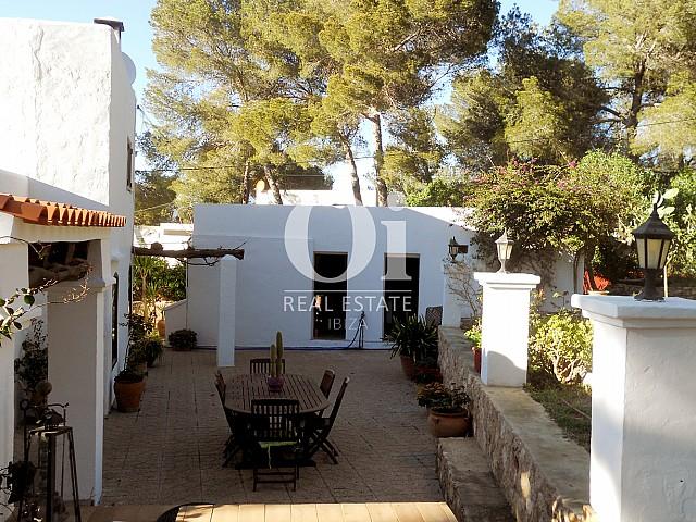 Blick auf die Terrasse der Villa zum Verkauf in Las Salinas, Ibiza