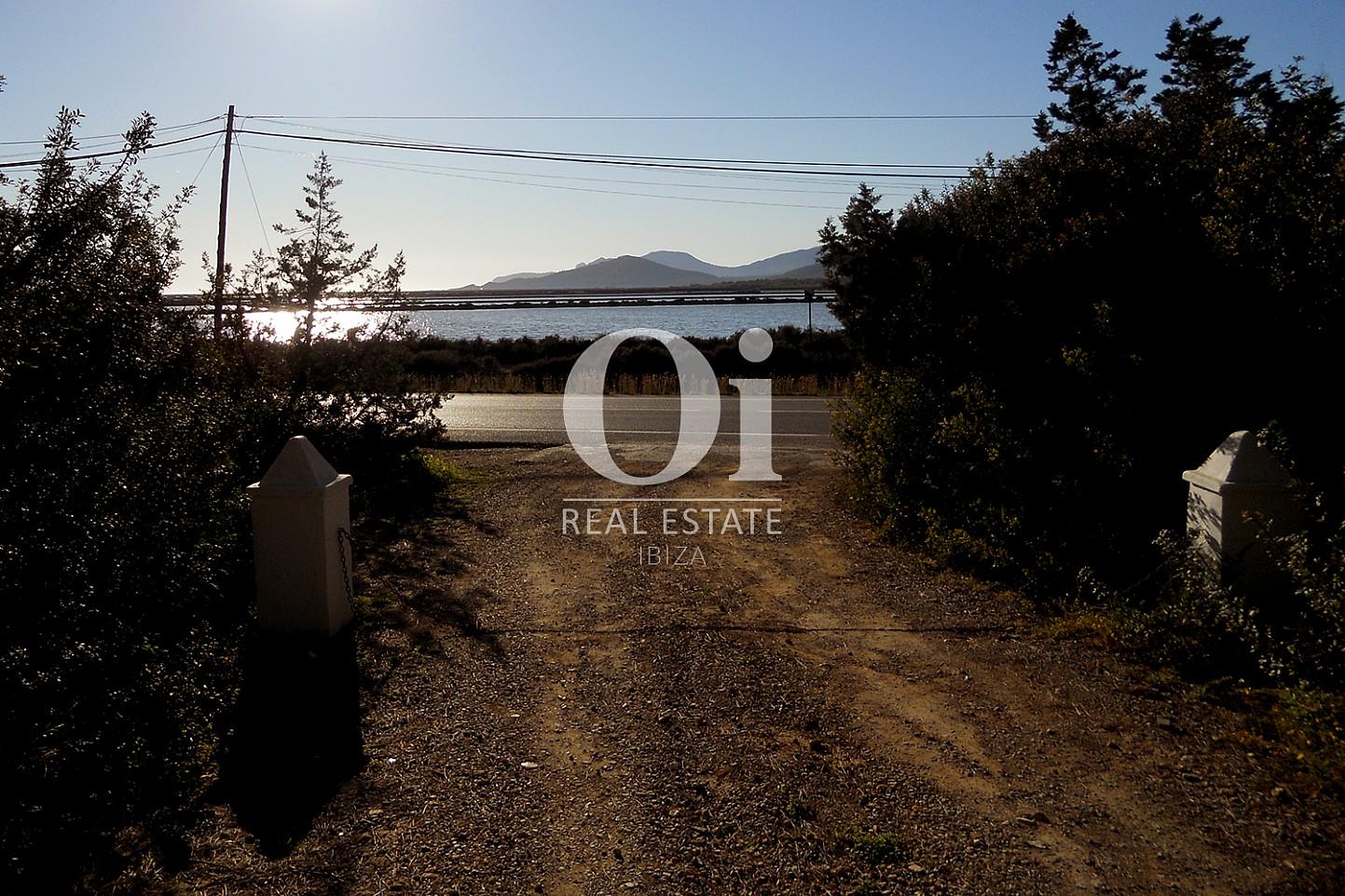 Blick auf die Einfahrt der Villa zum Verkauf in Las Salinas, Ibiza