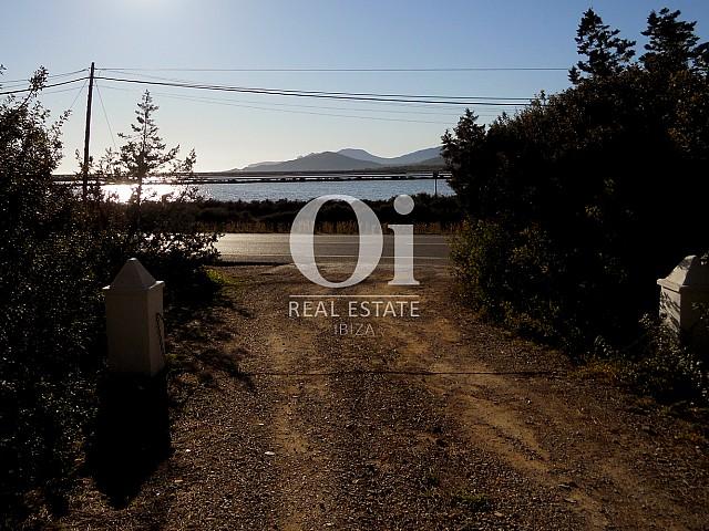 Вьезд на территорию дома на продажу в районе Las Salinas на Ибице