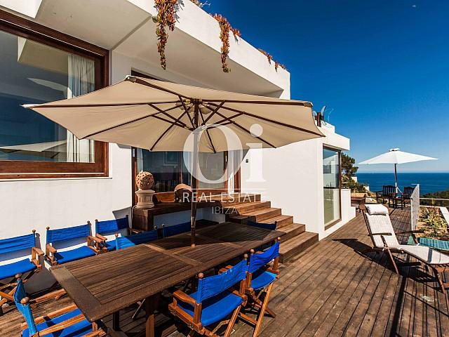 Comedor exterior de casa de alquiler de estancia en Roca Llisa, Ibiza