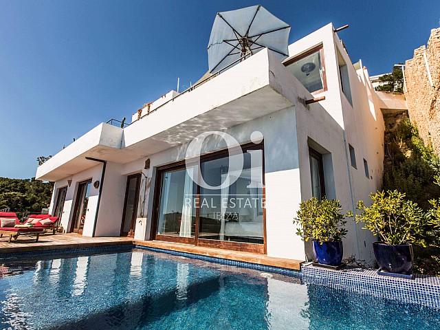 Piscine et façade de maison pour séjour en location à Roca Llisa, Ibiza
