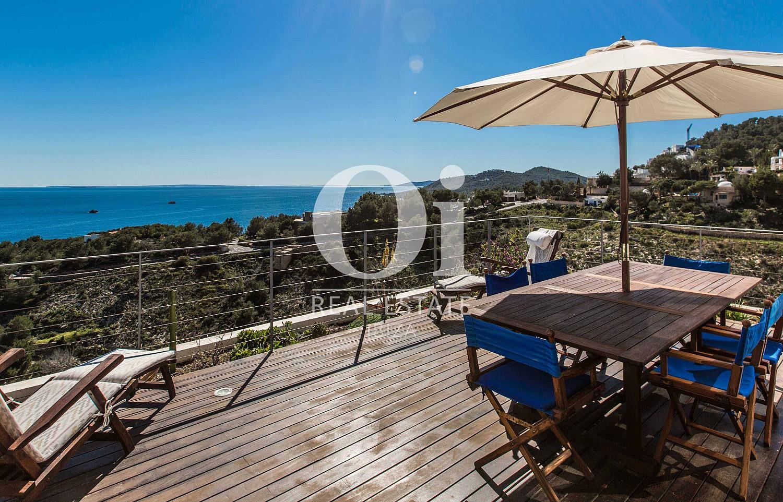 Шикарная терраса с обеденным столом, бассейном и потрясающими видами на море на стильной вилле в краткосрочную аренду на Ибице