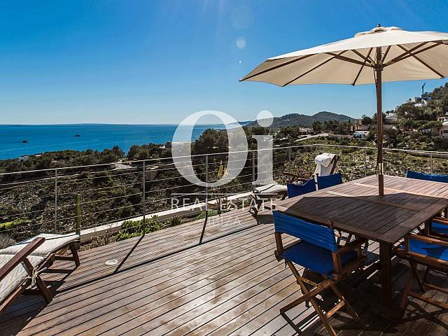 Terraza soleada de villa en alquiler de estancia con soberbias vistas en Roca Llisa, Ibiza