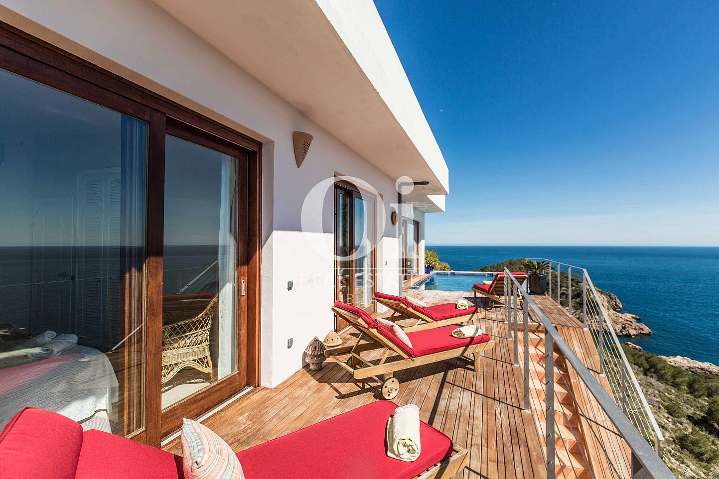 Потрясающая терраса с поразительными видами на море на замечательной вилле в краткосрочную аренду на Ибице