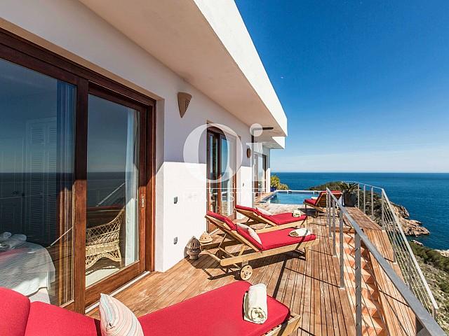 Balcón de casa de alquiler de estancia en Roca Llisa, Ibiza