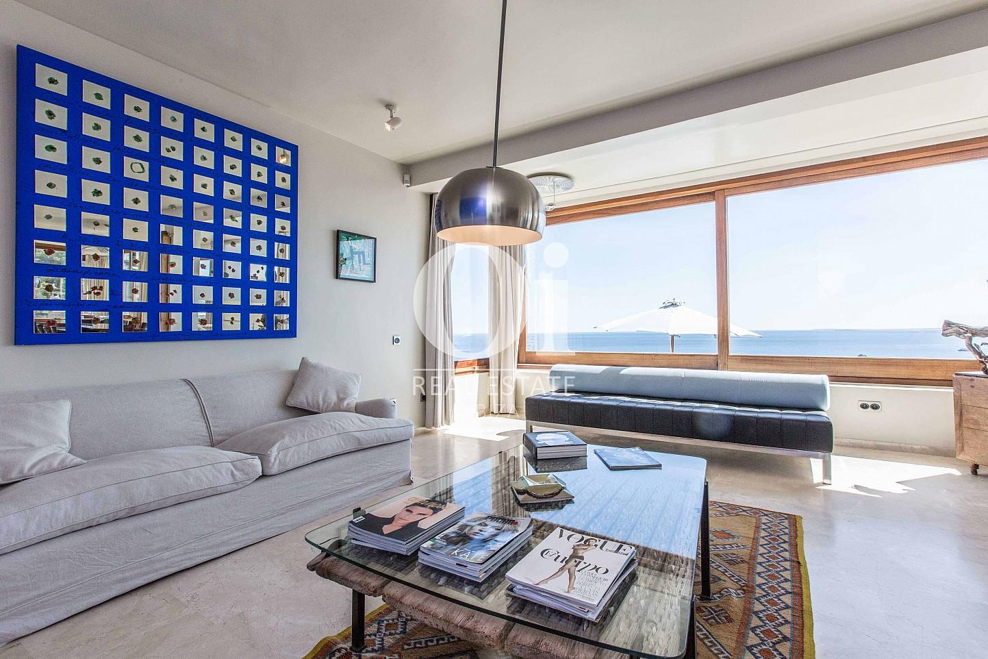 Стильная гостиная-столовая с поразительными видами из окон в потрясающей вилле в краткосрочную аренду на Ибице