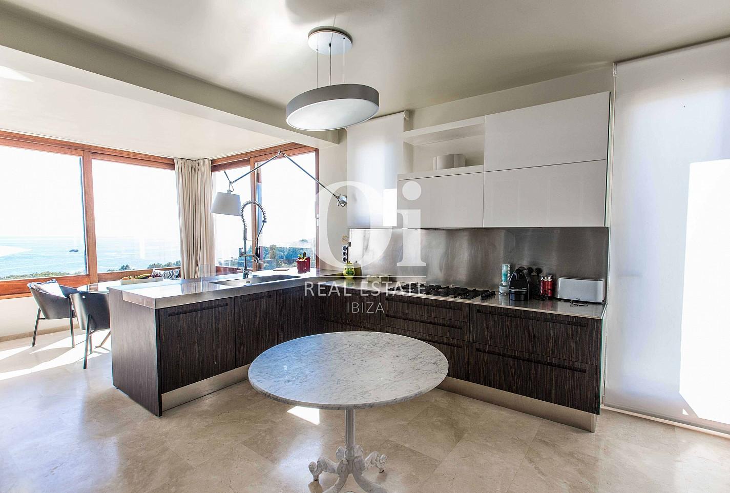 Стильная современная полностью оборудованная кухня на замечательной вилле в краткосрочную аренду на Ибице