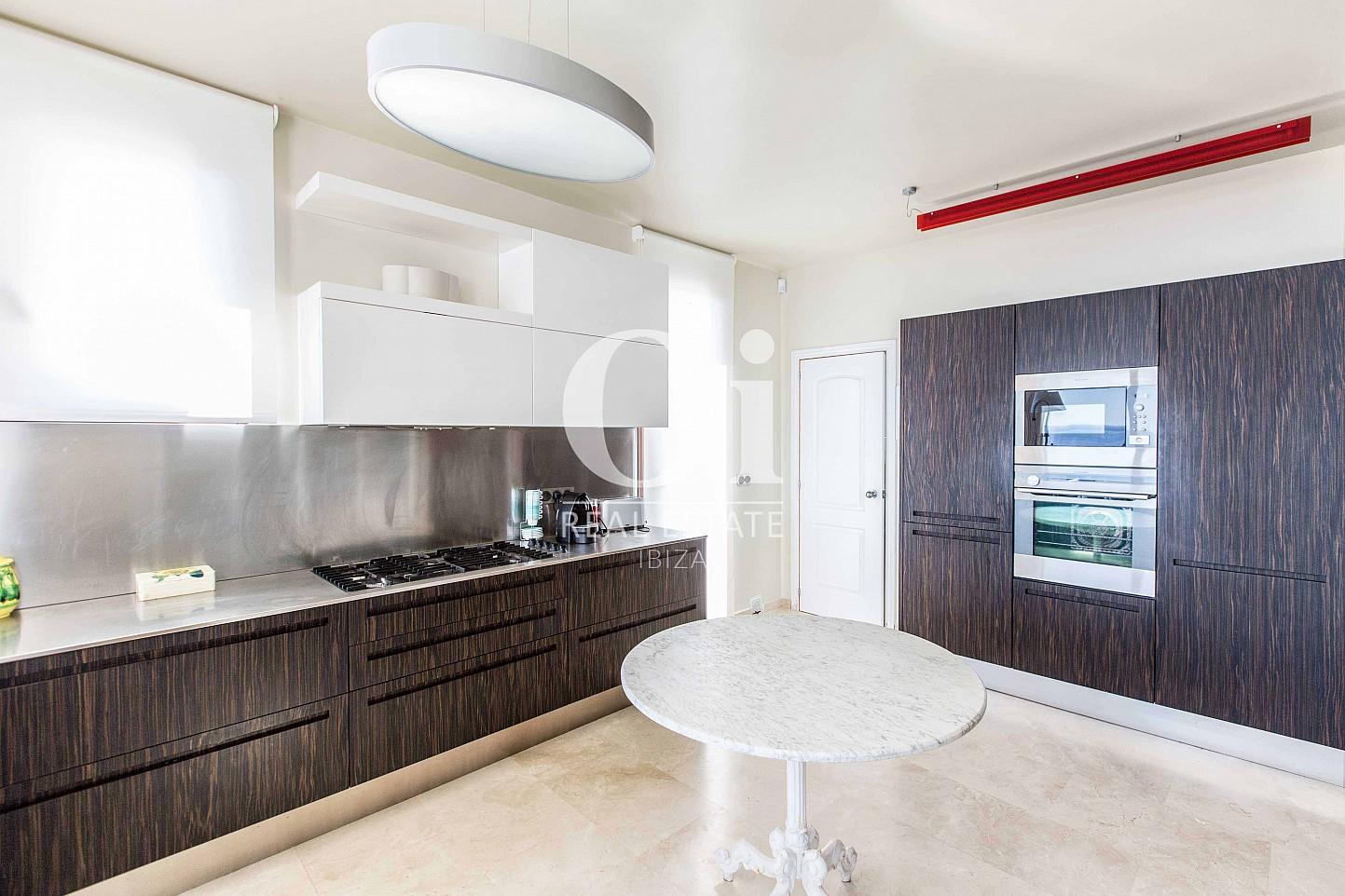 Blick in die Küche der Ferien-Villa in Roca Llisa, Ibiza