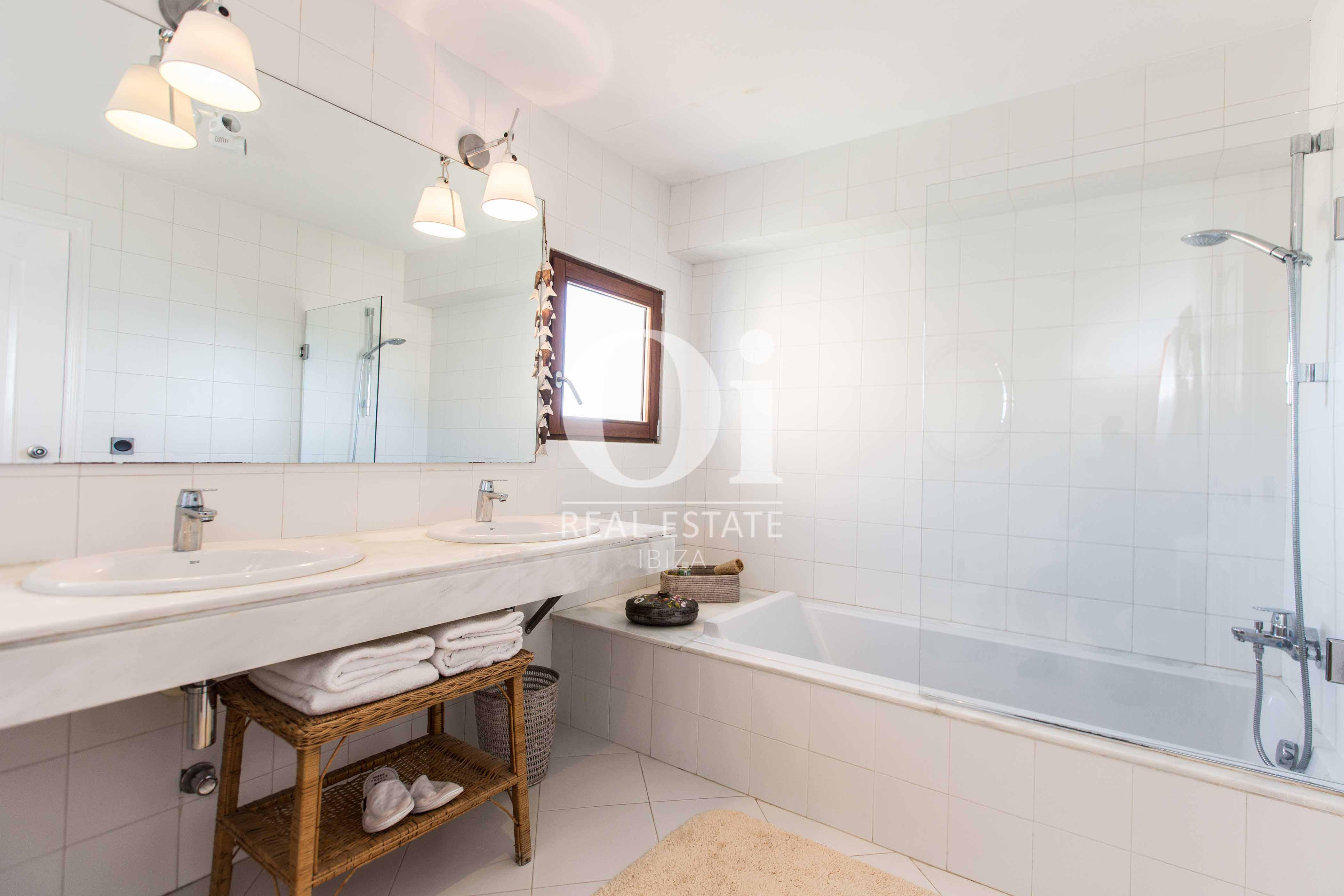 Blick in ein Bad der Ferien-Villa in Roca Llisa, Ibiza