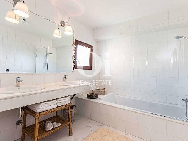Светлая и стильная ванная на потрясающей вилле в краткосрочную аренду на Ибице