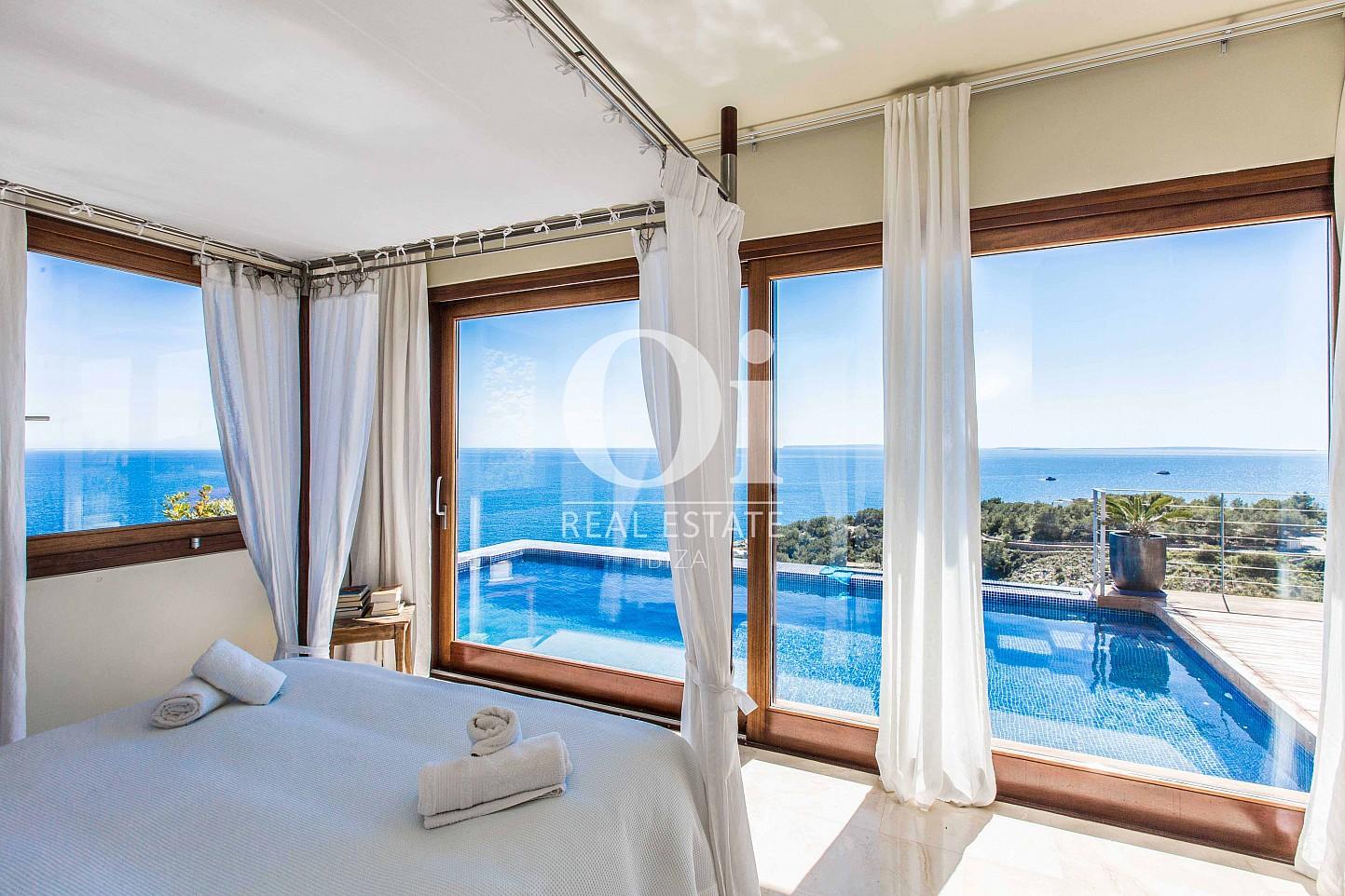 Замечательная спальня, из которой открываются потрясающие виды на море, в шикарной вилле в краткосрочную аренду на Ибице
