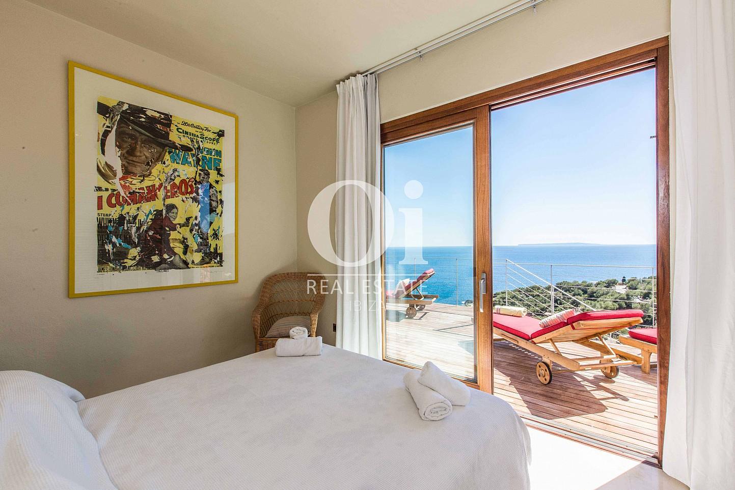 Blick in ein Schlafzimmer der Ferien-Villa in Roca Llisa, Ibiza