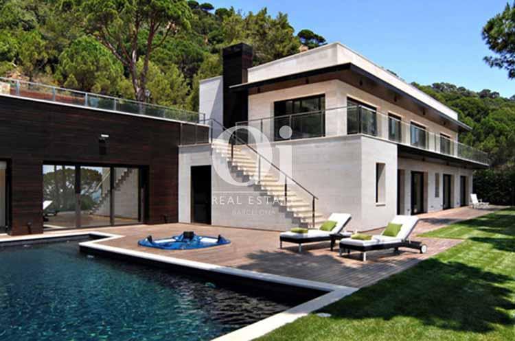 Blick auf den Poolbereich vom smarten Haus zum Kauf, San Feliu de Guíxols
