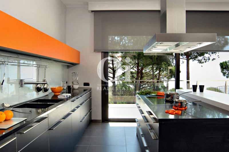 Blick in die Küche vom smarten Haus zum Kauf, San Feliu de Guíxols