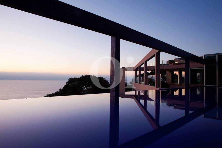 Завораживающий вид из бассейна на море и природу Коста Брава на потрясающей вилле класса люкс на продажу на Ибице