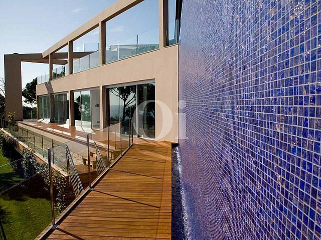 Blick auf eine Terrasse der Luxus-Villa in Sant Feliu de Guixols, Costa Brava