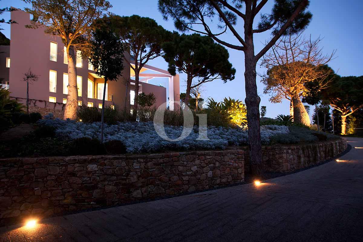 Blick auf die Einfahrt der Luxus-Villa in Sant Feliu de Guixols, Costa Brava
