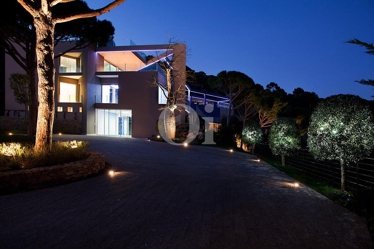 Фасад великолепной виллы класса люкс ночью на продажу на Ибице