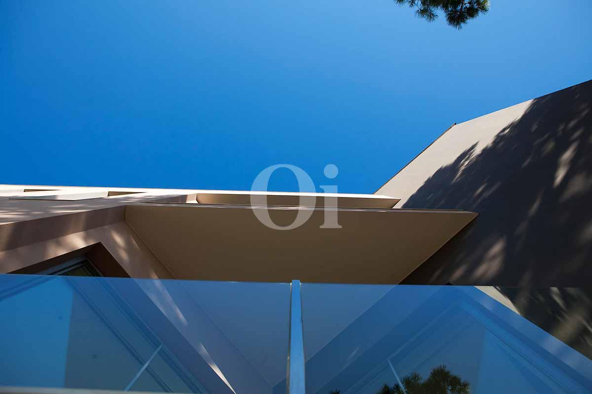 Blick auf die Fenster der Luxus-Villa in Sant Feliu de Guixols, Costa Brava