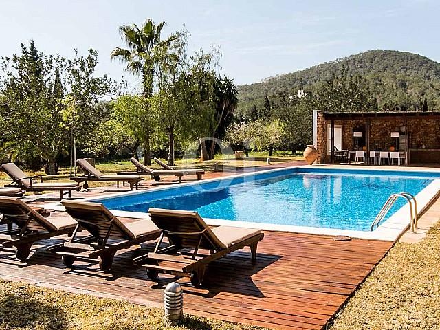 Вид на бассейн на вилле в деревенском стиле в краткосрочную аренду на Ибице