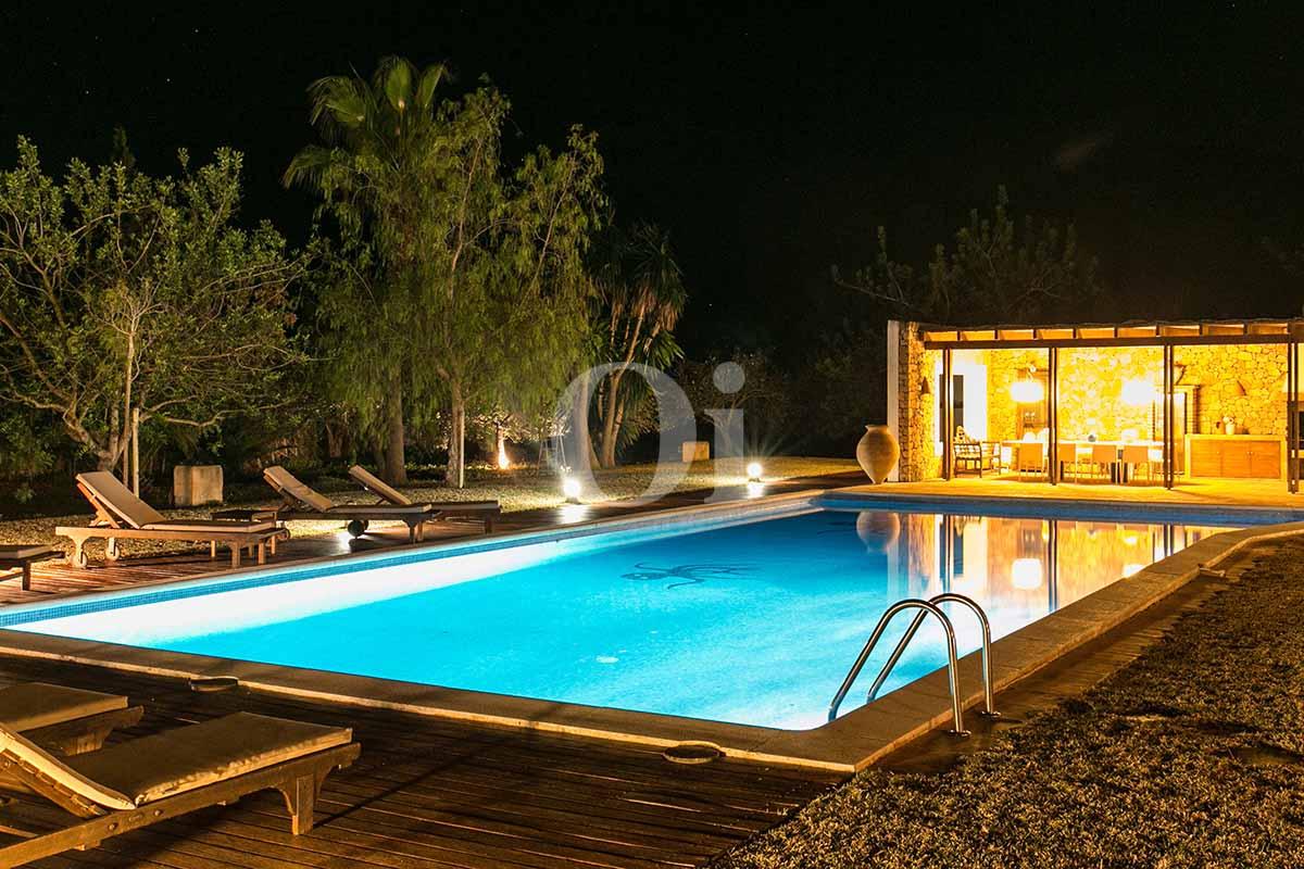 Прекрасный вид на виллу в краткосрочную аренду и бассейн ночью
