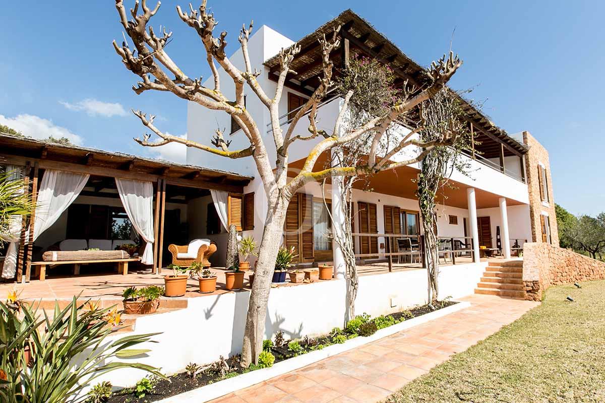 Blick auf die Fassade der rustikalen Ferien-Villa auf Ibiza (San Jose)
