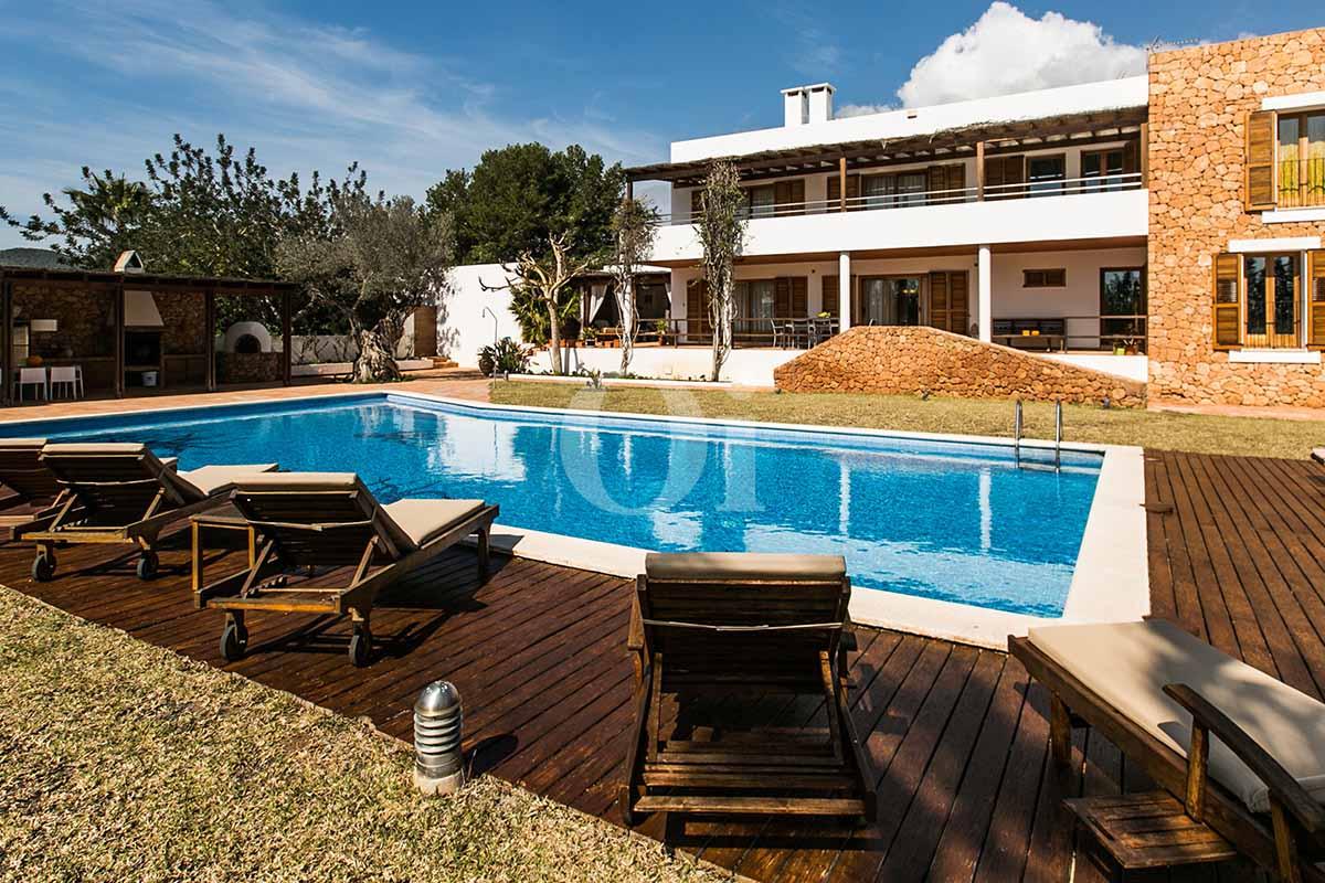 Piscina y hamacas de casa en alquiler de estancia en San Jose, Ibiza