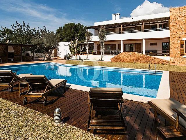 Blick auf den Poolbereich der rustikalen Ferien-Villa auf Ibiza (San Jose)