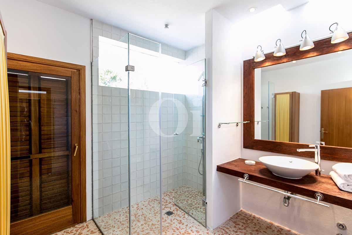 Blick in ein Bad der rustikalen Ferien-Villa auf Ibiza (San Jose)