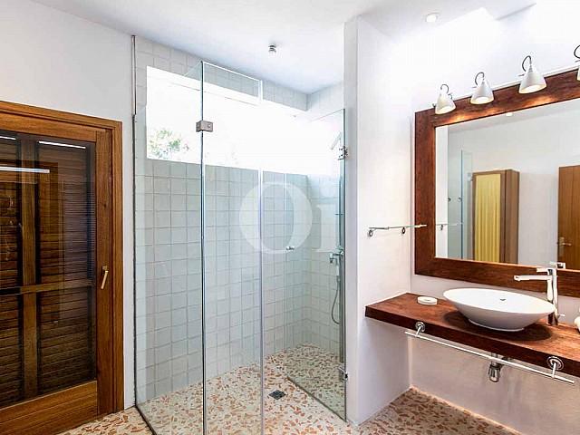 Стильная и современная ванная комната на роскошной вилле в деревенском стиле в краткосрочную аренду в Сан Хосе, Ибица
