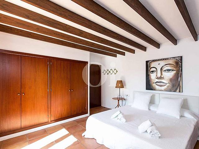 Blick auf das Dekor der rustikalen Ferien-Villa auf Ibiza (San Jose)