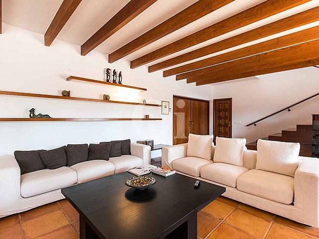 Стильная гостиная с камином на замечательной вилле в деревенском стиле в краткосрочную аренду на Ибице