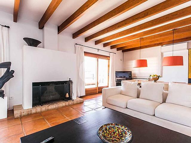Salón con chimenea de casa en alquiler de estancia en San Jose, Ibiza