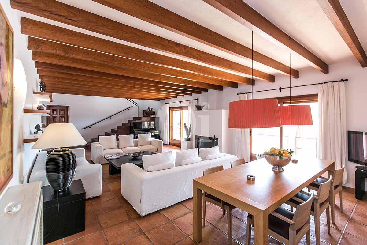 Blick in das Wohn-/Esszimmer der rustikalen Ferien-Villa auf Ibiza (San Jose)