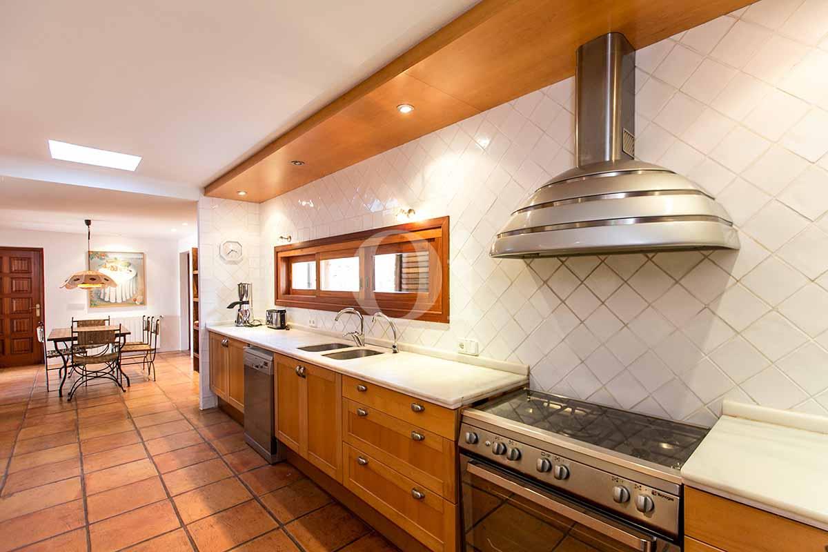 Blick in die Küche der rustikalen Ferien-Villa auf Ibiza (San Jose)