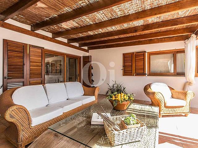 Крытая терраса-зона чил-аут на роскошной вилле в краткосрочную аренду на Ибице