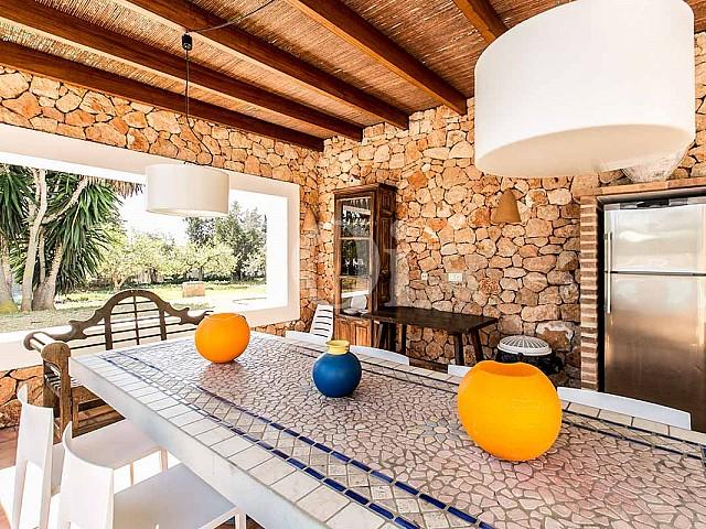Blick auf die Terrasse der rustikalen Ferien-Villa auf Ibiza (San Jose)