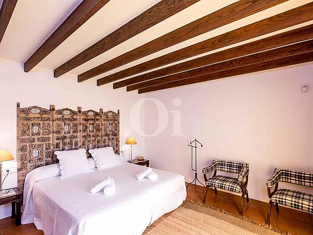 Blick auf ein Schlafzimmer der rustikalen Ferien-Villa auf Ibiza (San Jose)