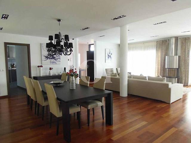 Гостиная, совмещенная со столовой, в доме на продажу в Platja d'Aro на Коста-Браве