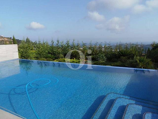 Blick auf den Infinity-Pool vom Haus zum Verkauf in Platja d'Aro.