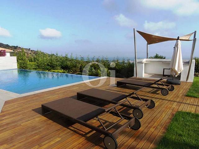 Blick auf den Poolbereich vom Haus zum Verkauf in Platja d'Aro.