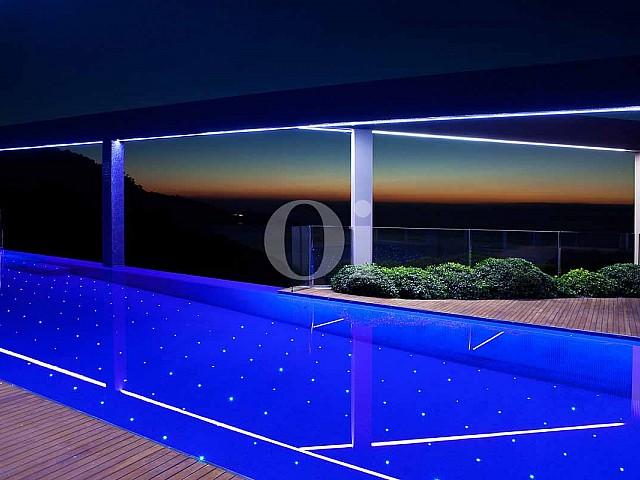 Прекрасный бассейн с полом, имитирующим звездное небо на потрясающей вилле класса люкс на Ибице