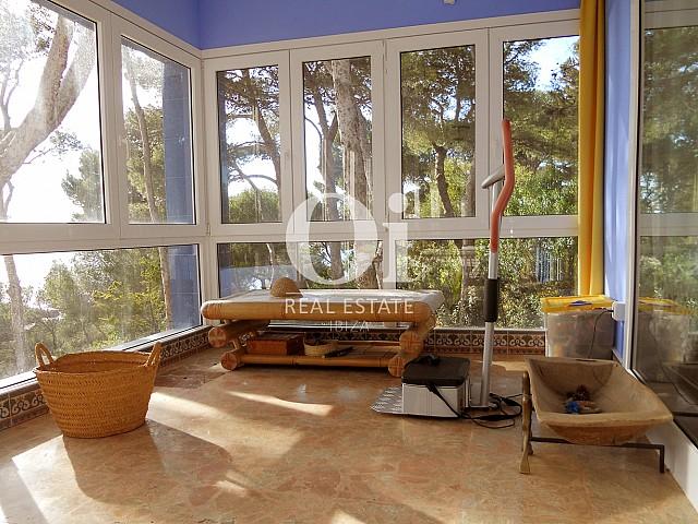 Прекрасная гостиная с большими окнами, из которых открываются поразительные виды на море и природу Ибицы