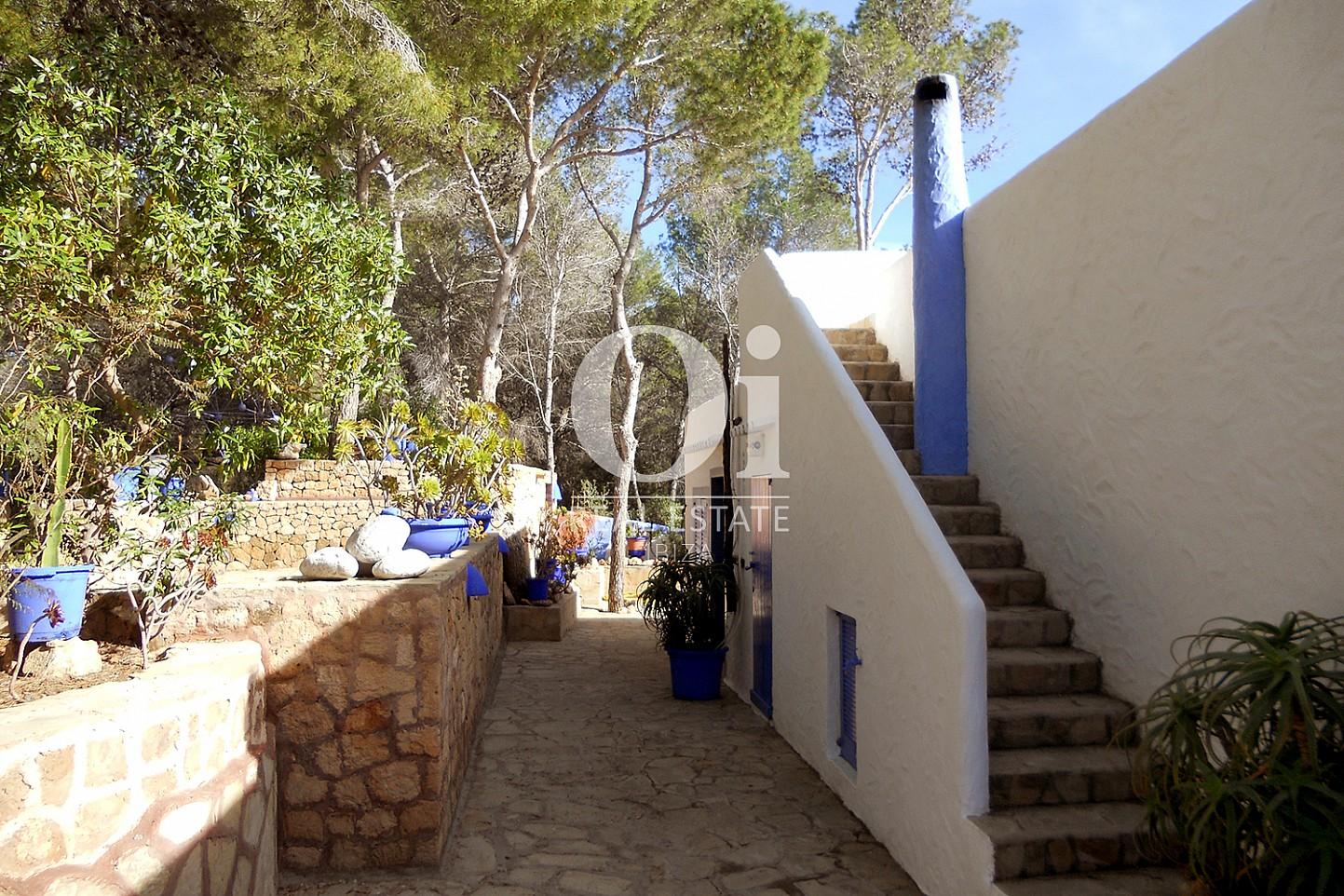 Blick auf die Einfahrt vom Haus zum Verkauf in Punta Galera, Ibiza