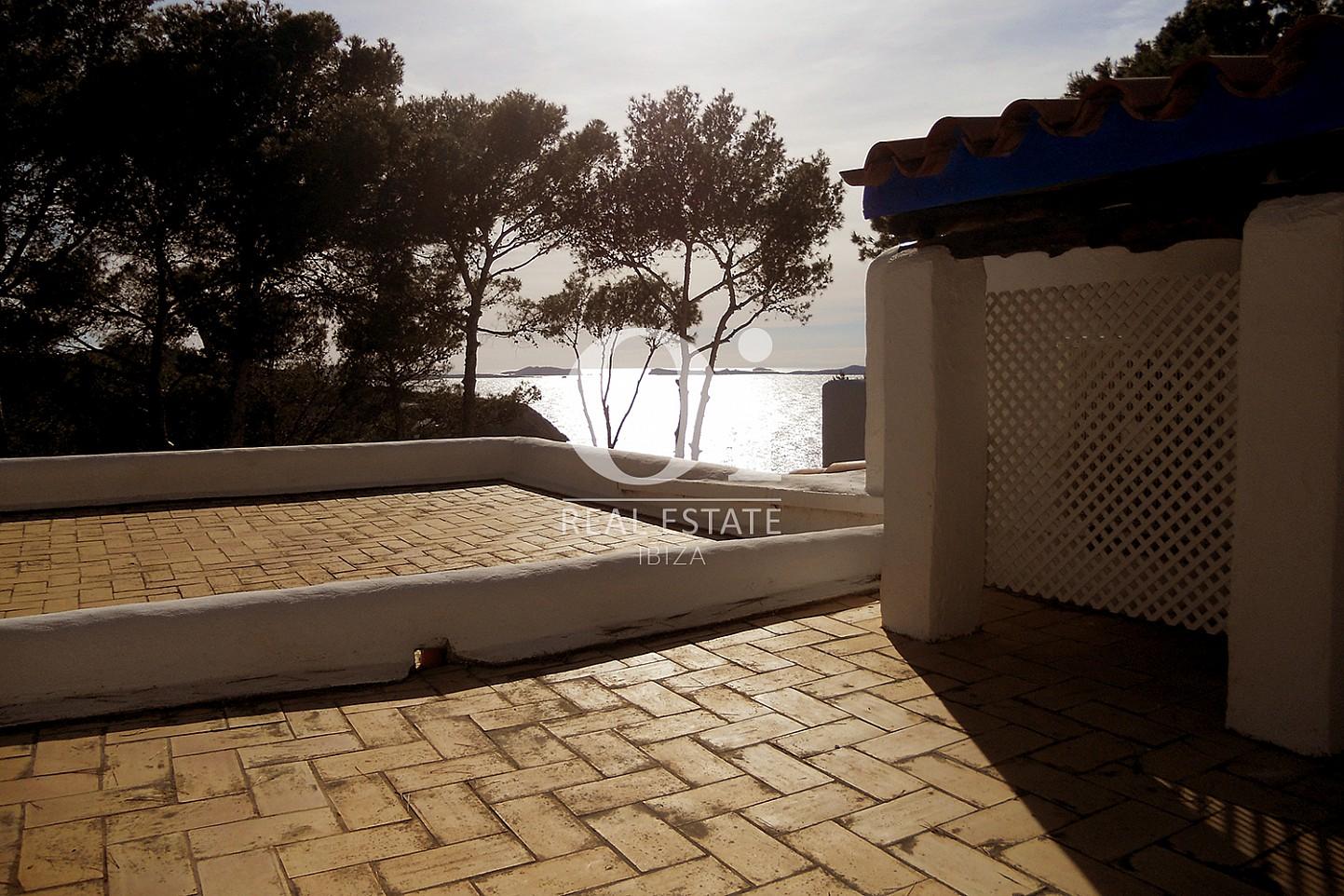 Blick auf die Terrasse vom Haus zum Verkauf in Punta Galera, Ibiza