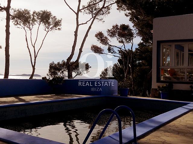 Замечательный вид на бассейн и море, открывающийся из замечательного дома на продажу на Ибице