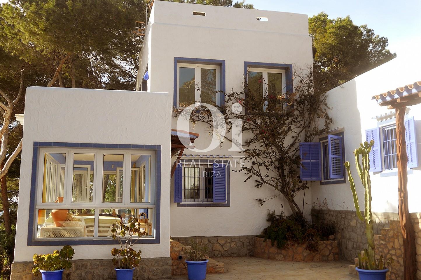 Blick auf die Fassade vom Haus zum Verkauf in Punta Galera, Ibiza